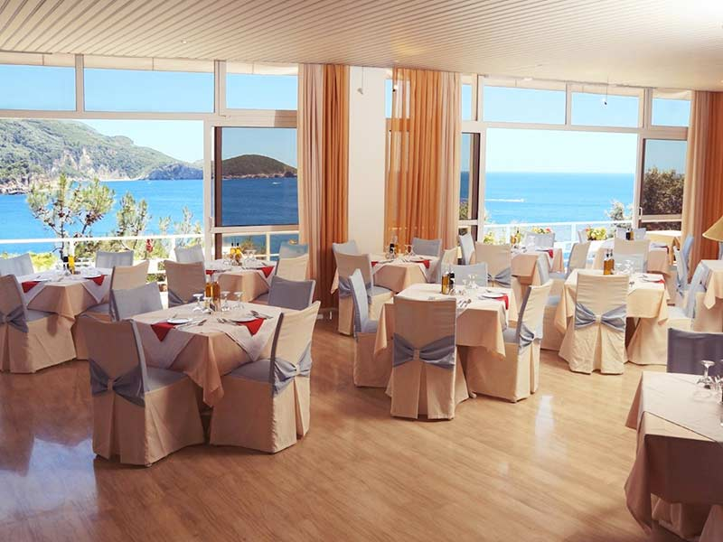 main-restaurant-akrotiri-beach-hotel